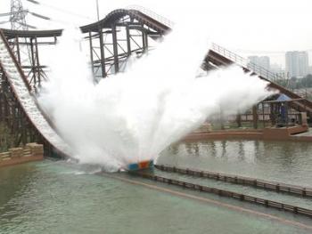 独木舟就如离弦的箭一样直直地插向250平米的水面,游客能感受到的就