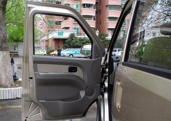 五菱荣光前门电动窗 豪华装饰板电动窗 另外有自动升窗功能高清图片