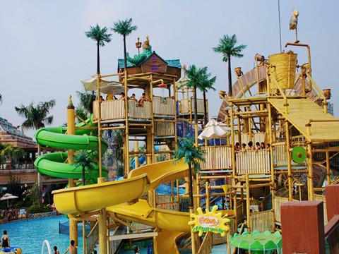 长江水世界拥有先进的水上娱乐设备,爱琴海湾由扇状人造海和近 2000