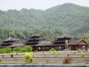 游玩景点贵州梵净山佛教文化苑 风雨桥是进入景区的入口,风高清图片